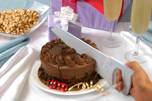 Fred_Table_Saw_Cake_Knife_cutting_a_chocolate_cake-sixhundred