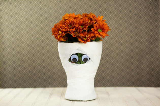 diy-halloween-mummy-vase