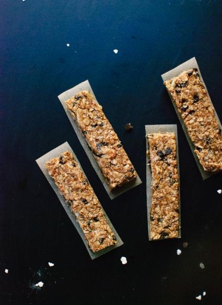 healthy-almond-chocolate-chip-granola-bars-10