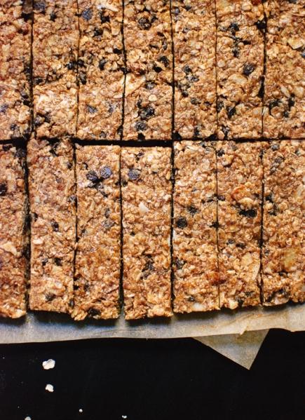 healthy-almond-chocolate-chip-granola-bars-8