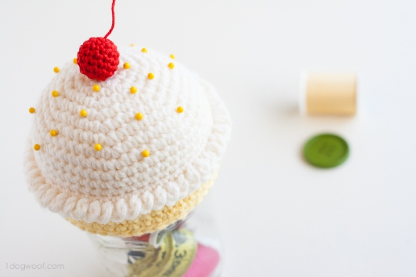cupcake_pincushion_sewing_kit-5