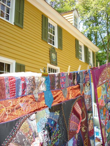 Guests-vote-for-their-favorite-quilt-on-display.